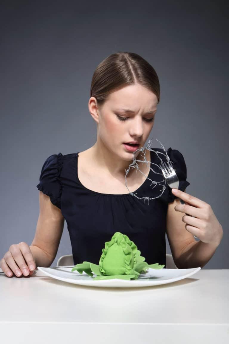 Frau mit Schluckstörungenen beim Essen
