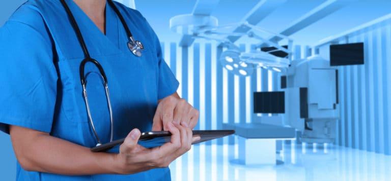 Arzt in Untersuchungsraum mit Monitoren