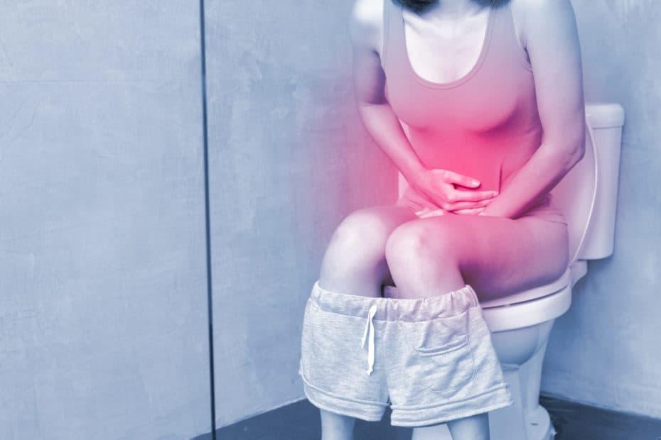 Frau mit Durchfall und Bauchschmerzen auf der Toilette>>Magen-Darm-Grippe
