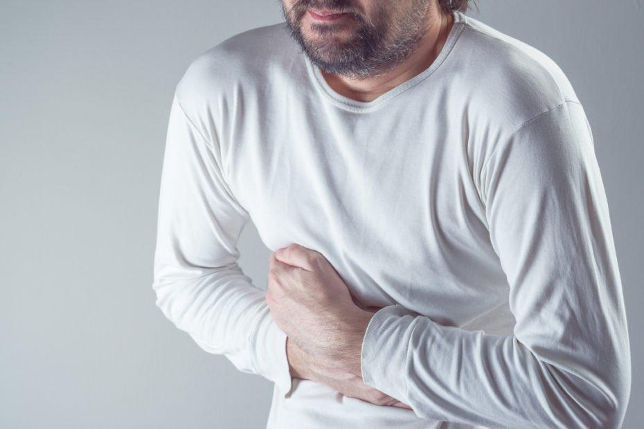 Bewegungsstörungen der Speiseröhre: Mann mit Schmerzen und Krämpfen im Brustkorb
