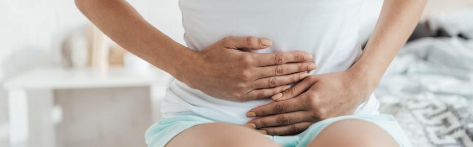 Frau mit Schmerzen durch Morbus Crohn oder Colitis ulcerosa