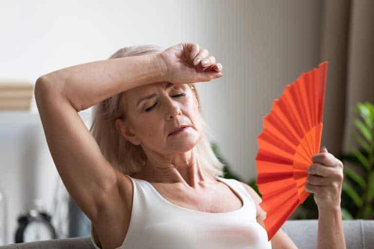 Frau in den wechseljahren leidet unter Hitzewallung